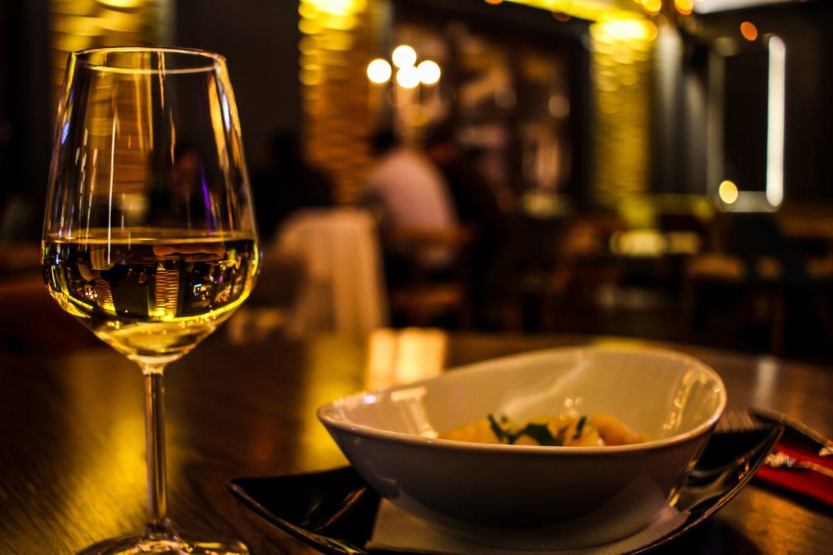 白ワインの作り方をわかりやすく解説!赤ワインとどんなところが違う?【ワイン入門編】
