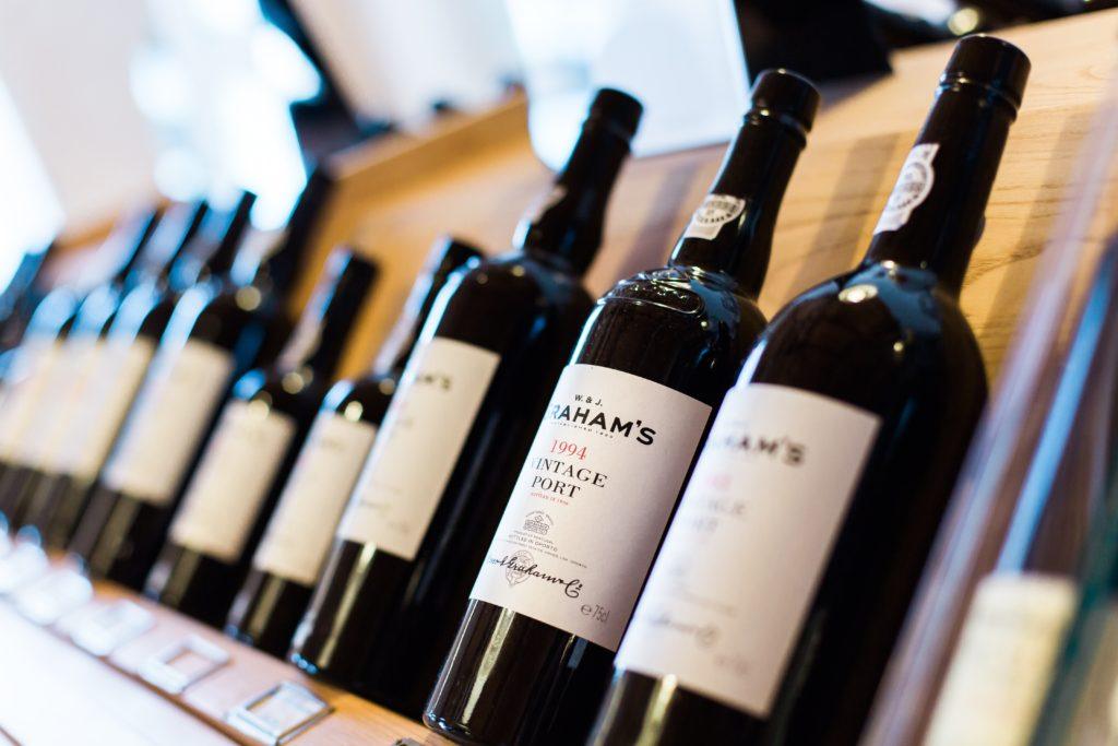 ワイン専門店でプレゼントにするワインを選ぶ