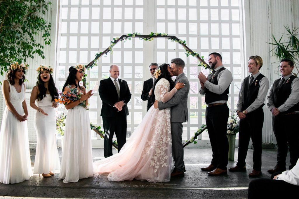 結婚式に腕時計はNGだった⁉意外と知らないマナー違反とは